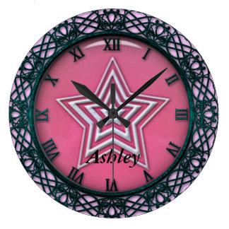 Ella es un reloj de pared de la estrella