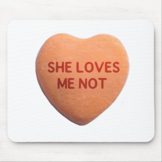 Ella me ama corazón no anaranjado del caramelo mouse pad