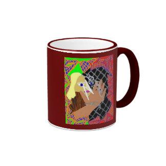 Ella que descubre tazas de café