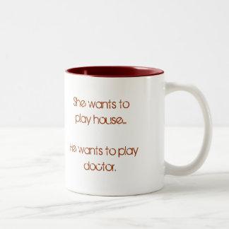 Ella quiere jugar la casa… que él quiere jugar al taza de dos tonos
