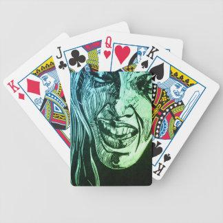 Ella ríe frente a tarjetas barajas de cartas