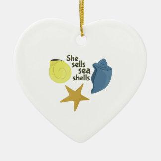 Ella vende cáscaras del mar adorno de cerámica en forma de corazón
