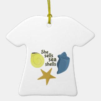 Ella vende cáscaras del mar adorno de cerámica en forma de camiseta