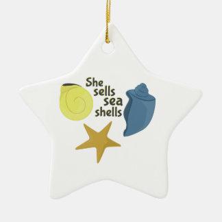Ella vende cáscaras del mar adorno de cerámica en forma de estrella