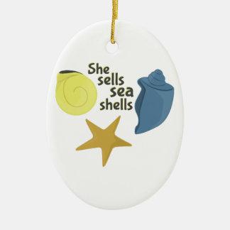 Ella vende cáscaras del mar adorno ovalado de cerámica