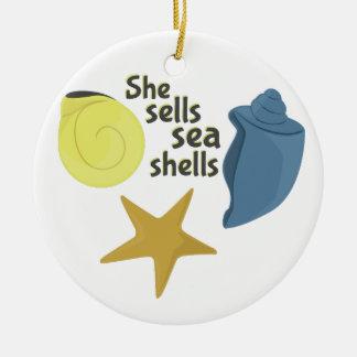 Ella vende cáscaras del mar adorno redondo de cerámica