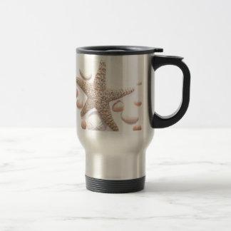 Ella vende cáscaras del mar tazas de café