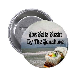 Ella vende el sushi por la costa pin redondo 5 cm