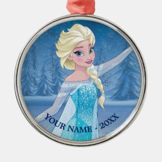 Elsa el   en bosque del invierno añade su nombre adorno navideño redondo de metal
