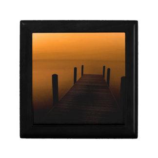 Embarcadero brumoso de la oscuridad del lago caja de recuerdo