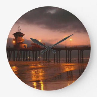 Embarcadero de Huntington Beach California en la f Reloj Redondo Grande