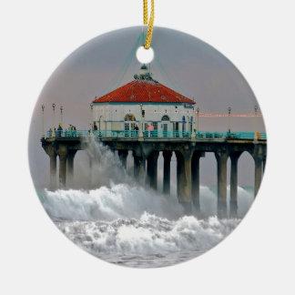 Embarcadero de la orilla del golpe de las mareas d ornamento de navidad