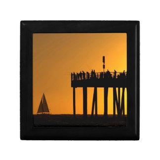 Embarcadero de la pesca de la puesta del sol cajas de recuerdo