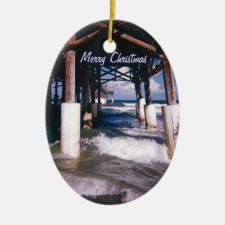 Embarcadero de la playa del cacao adorno navideño ovalado de cerámica