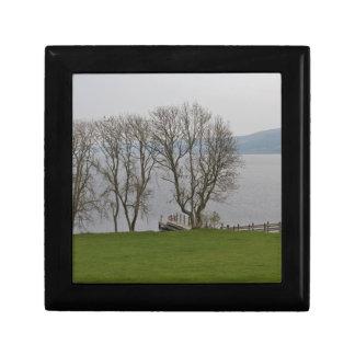 Embarcadero de Loch Ness y del barco cerca del Caja De Recuerdo