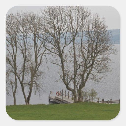 Embarcadero de Loch Ness y del barco cerca del Calcomanía Cuadradas Personalizada
