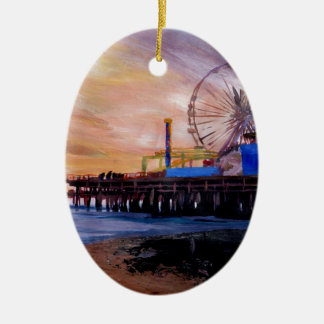 Embarcadero de Santa Mónica en la puesta del sol Adorno Navideño Ovalado De Cerámica