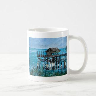 Embarcadero del océano de la playa del cacao taza básica blanca