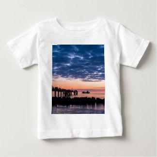 Embarcadero en la orilla del mar Báltico Camisas