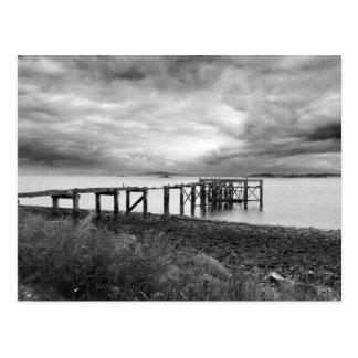 Embarcadero viejo en la playa de plata de la arena tarjetas postales