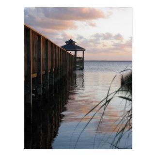 Embarcadero y Gazebo en la puesta del sol, postal