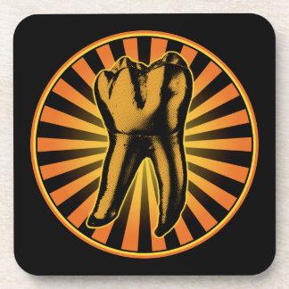 Emblema anaranjado del gráfico del diente posavasos de bebida