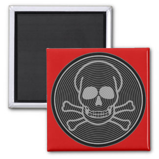 Emblema gris del cráneo y de la bandera pirata imán cuadrado