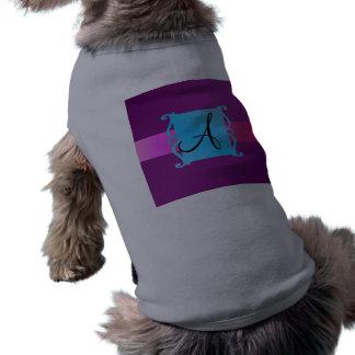 Emblema púrpura de la suposición del monograma camisa de perro