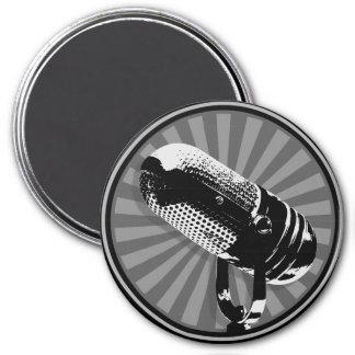 Emblema retro negro y blanco del micrófono imán de nevera