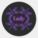 Emily, libélulas en azul y púrpura en negro pegatina redonda