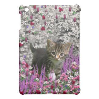 Emma en flores I - pequeño gatito gris