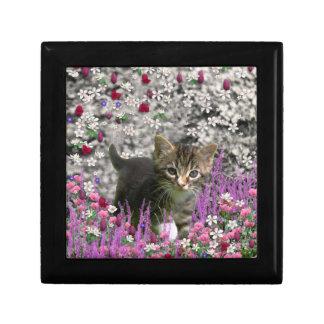 Emma en flores I - pequeño gatito gris Cajas De Regalo