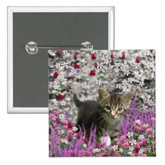 Emma en flores I - pequeño gatito gris del Tabby Pin