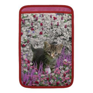 Emma en flores I - pequeño gatito gris Fundas Para Macbook Air