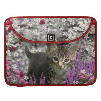 Emma en flores I - pequeño gatito gris Funda Para Macbooks