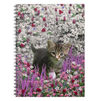 Emma en flores I - pequeño gato gris del gatito Cuaderno