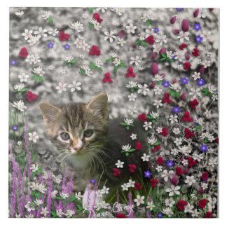 Emma en flores II, pequeño gato gris del gatito Azulejo Cuadrado Grande