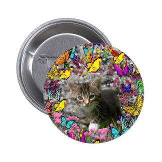 Emma en mariposas I - gatito gris del Tabby Pin Redondo 5 Cm