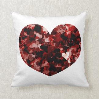 Emoción negra roja de los corazones del amor cojín decorativo