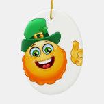 emoji del leprechaun adorno navideño ovalado de cerámica