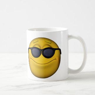 Emoticon con las gafas de sol taza