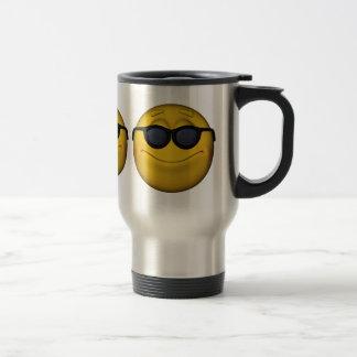 Emoticon con las gafas de sol taza de viaje