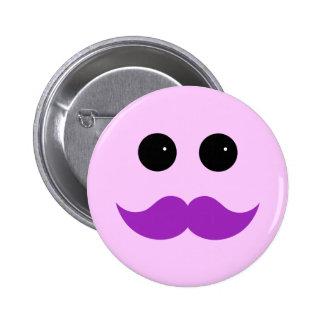 Emoticon púrpura rosado del smiley del bigote pin redondo de 2 pulgadas