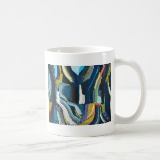 Empalme de camino tres en las maderas taza de café