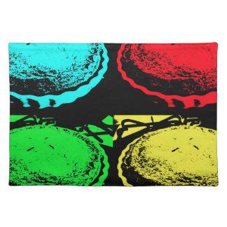 empanada de la cereza del arte pop con un desmoche mantel