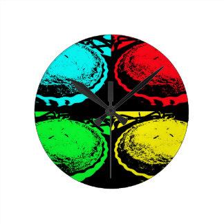 empanada de la cereza del arte pop con un desmoche reloj