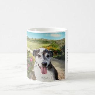 Empanada en un campo de las dalias (perro en la taza de café
