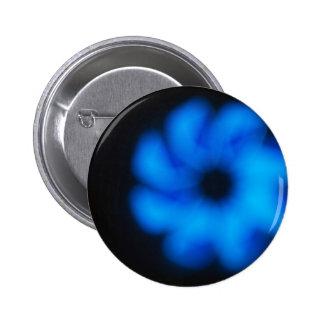 Empañado y fuera de imagen del foco de un azul pin redondo 5 cm