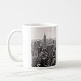 Empire State Building del horizonte de la ciudad Taza Clásica