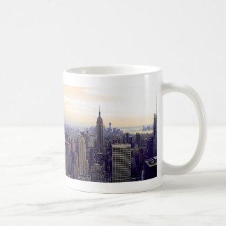 Empire State Building del horizonte de NYC, WTC 4 Taza Básica Blanca